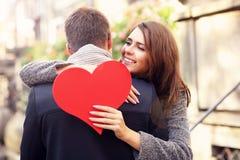 Женщина при сердце давая объятие к ее человеку Стоковые Фото