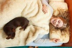 Женщина при собака просыпая вверх в кровати после спать Стоковое Изображение RF