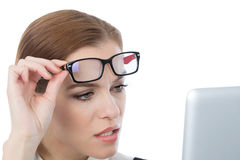 Женщина при стекла смотря ее компьтер-книжку Стоковые Фотографии RF
