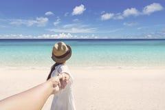 Женщина при супруг бежать на пляже Стоковые Изображения RF