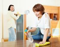 Женщина при супруг очищая дома Стоковое фото RF