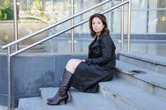 Женщина при таблетка сидя на лестницах офисного здания Стоковое Изображение RF