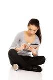 Женщина при таблетка сидя перекрестное шагающее Стоковое Фото