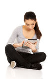 Женщина при таблетка сидя перекрестное шагающее Стоковое фото RF