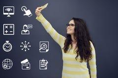 Женщина при телефон принимая selfie перед предпосылкой с вычерченной диаграммой дела Стоковая Фотография RF
