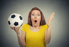 Женщина при футбольный мяч смотря удивленный в рте неверия широко открытом стоковые изображения rf