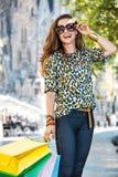Женщина при хозяйственные сумки стоя на улице около Sagrada Familia Стоковая Фотография