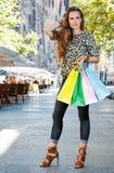 Женщина при хозяйственные сумки стоя на улице около Sagrada Familia Стоковое Изображение RF