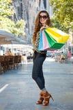 Женщина при хозяйственные сумки стоя на улице около Sagrada Familia Стоковая Фотография RF