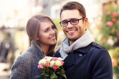 Женщина при цветки давая объятие к ее человеку Стоковые Фотографии RF