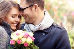 Женщина при цветки давая объятие к ее человеку Стоковое Изображение RF