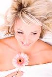Женщина при цветок лежа на полотенце стоковые изображения