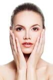 Женщина при чистая кожа касаясь ее руке ее сторона Красота, Стоковое фото RF