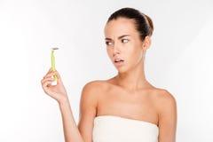 Женщина при чисто кожа держа лезвие бритвы подготавливая побрить Стоковая Фотография RF