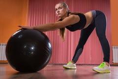 Женщина при шарик тренировки протягивая в студии Стоковые Изображения