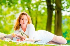 Женщина при яблоко отдыхая в выходные Стоковое Фото