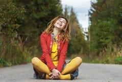 Женщина при dreadlocks сидя в положении лотоса Стоковые Изображения