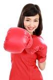 Женщина пробитая на вас нося красные перчатки бокса Стоковое Изображение