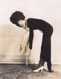 Женщина пробуя касаться ее пальцам ноги стоковое изображение rf