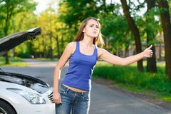 Женщина пробуя к автомобилю задвижки стоковые фотографии rf