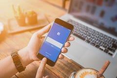 Женщина пробуя к применению Facebook имени пользователя используя iPhone 6 Яблока Стоковое Фото