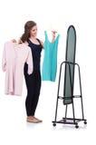 Женщина пробуя новую одежду Стоковые Изображения