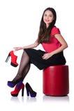 Женщина пробуя новые ботинки Стоковые Изображения