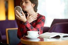 Женщина проверяя Брюс или прыща на шеи стоковые фотографии rf