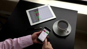 Женщина проверяя глобальный обменный курс на iphone видеоматериал