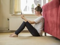 Женщина проверяя ее телефон Стоковые Фотографии RF