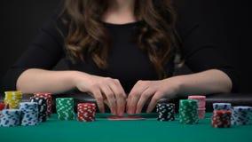 Женщина проверяя карточки и казино держать пари откалывает, рискованый турнир покера, играя в азартные игры видеоматериал