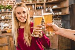 Женщина провозглашать с пивом Стоковое Изображение