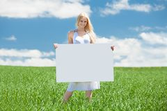 Женщина проводя пустой плакат Стоковые Изображения