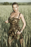 женщина прогулки поля стоковое фото rf