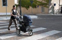 женщина прогулочной коляски Стоковые Фото