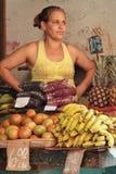 Женщина продавая плодоовощи стоковое фото rf
