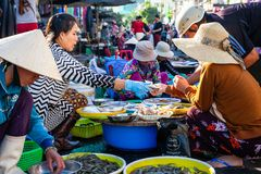 Женщина продает морепродукты на уличном рынке стоковые изображения rf