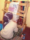 Женщина производящ ковер Стоковое Фото