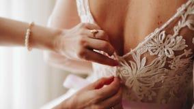 Женщина промелькивает платье ее друга Конец-вверх рук женщины сток-видео