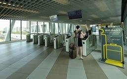 Женщина просматривает ее билет используя ее умный телефон стоковое изображение