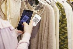 Женщина просматривая код QR от ярлыка Стоковая Фотография RF