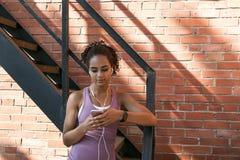 Женщина просматривая на ее черни Стоковые Фото