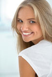 женщина просмотрения s портрета столетия 20 красоток ретроспективная xx Девушка с красивый усмехаться стороны Стоковая Фотография RF