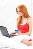 Женщина просыпаясь с тетрадью на спальне Стоковая Фотография