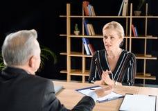 Женщина прося бизнесмен совет Стоковое Изображение RF