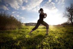 Женщина протягивая вне на поле стоковое фото rf