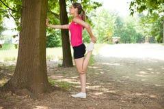 Женщина протягивая ее ногу стоковое изображение rf