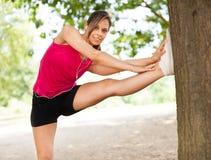 Женщина протягивая ее ногу стоковые фото