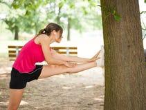 Женщина протягивая ее ногу стоковые изображения rf