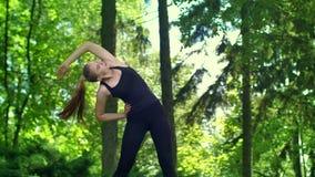 Женщина протягивая ее оружия подготавливая побежать marathone внешнее сток-видео